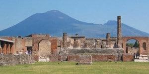 Forum in Pompeii met vergezicht op de Vesuvius