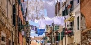 Waslijn gespannen over smal straatje in Napels